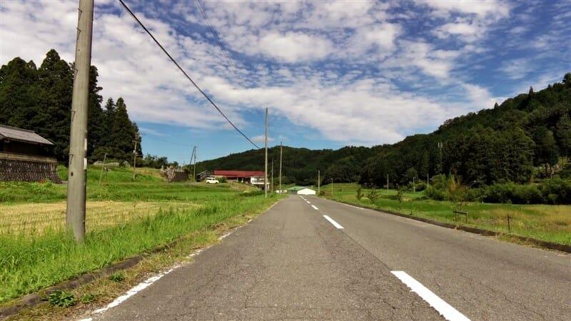 道路わきには、数件の民家しか見えない