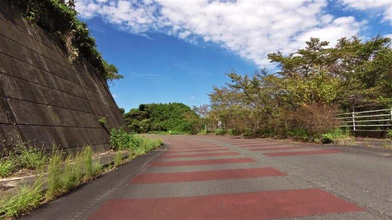 西側(左岸)の段差舗装