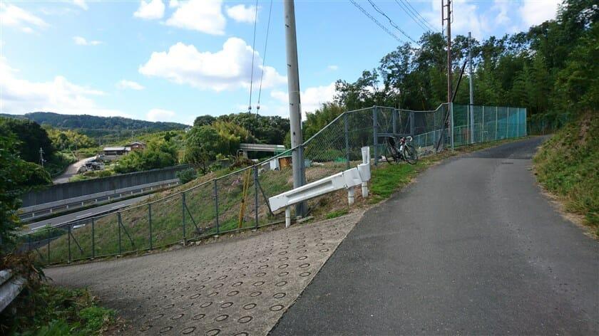 地点「b」の状況。左に行くと第二阪奈をくぐり抜けて登る。