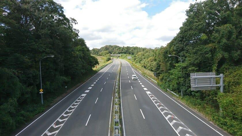 第二阪奈を超える陸橋の上から、同じ「国道308号線」を望む