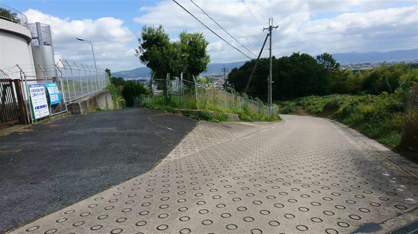 地点「d」:第二阪奈をくぐり抜けてくる登りとの合流点。第二阪奈をくぐり抜ける路はゲキサカのようだ。