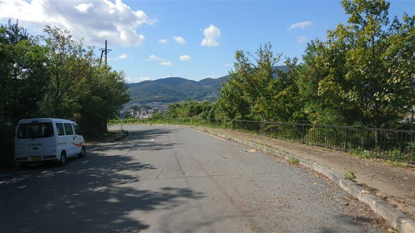 やがて、突如道が広くなり、暗峠や生駒山が見えてくる