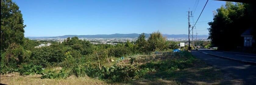 松尾寺への登りの途中で、奈良市街を眺める。正面左に若草山がくっきりと見える。