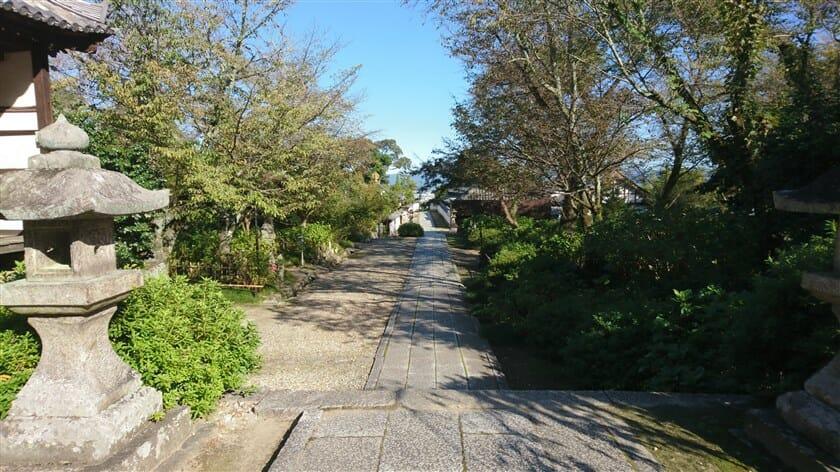 本堂から石畳を降りると、左手に「お地蔵さん」が、右手に「あじさい園」がある。