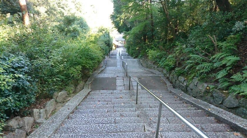 山門への、下りの階段