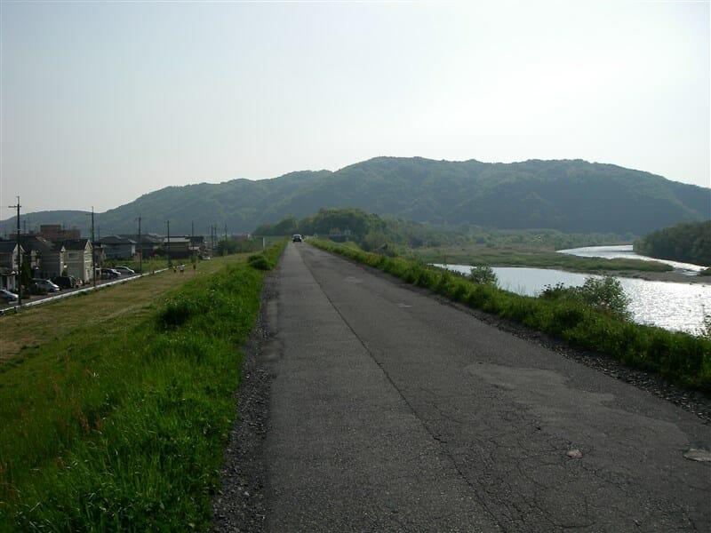 木津川の左岸を走る