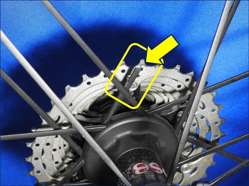スプロケットの内側から見た、スポークの折れた位置