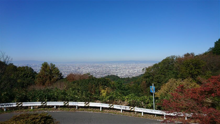 十三峠の展望台から、大阪市北部の眺め