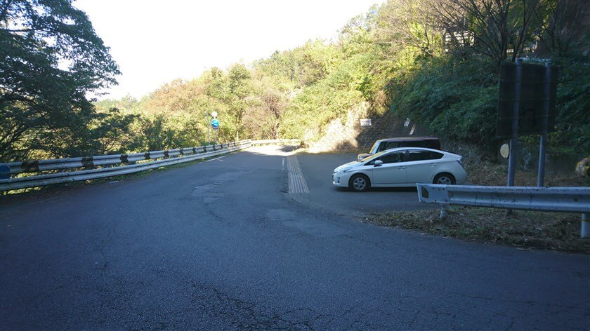 十三峠を少し下ると、駐車場がある