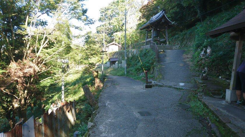「服部川駅」方面から登ってくる、トレッキングコース