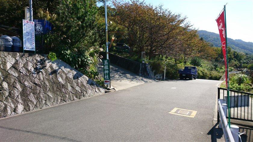 十三峠を下りきる前に、八尾農免道へ左折できるコーナーがあり、ここを左に少し走ると、玉祖神社(たまおやじんじゃ)がある