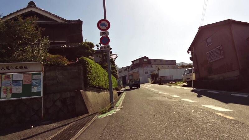 交差点を右折すると、緩やかな登りが始まる