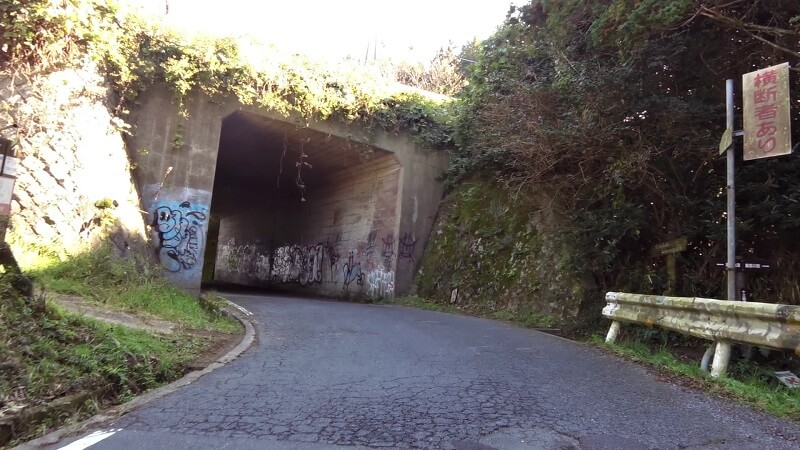 頂上は、信貴生駒スカイラインを潜るトンネルになっている。