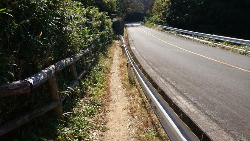 信貴生駒スカイラインの脇を通って、「高安山駅」方面へ道が伸びている
