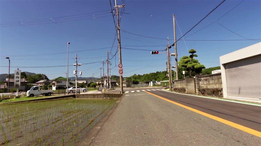 左前方面:高向神社方面への交差点