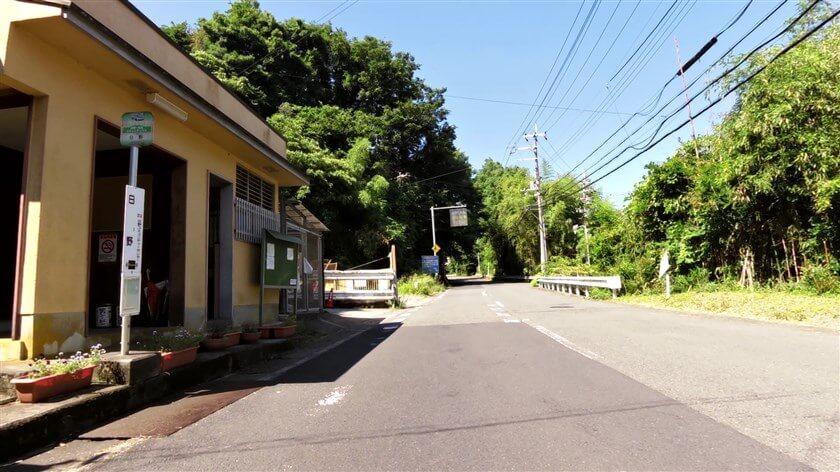 日野のバス停前