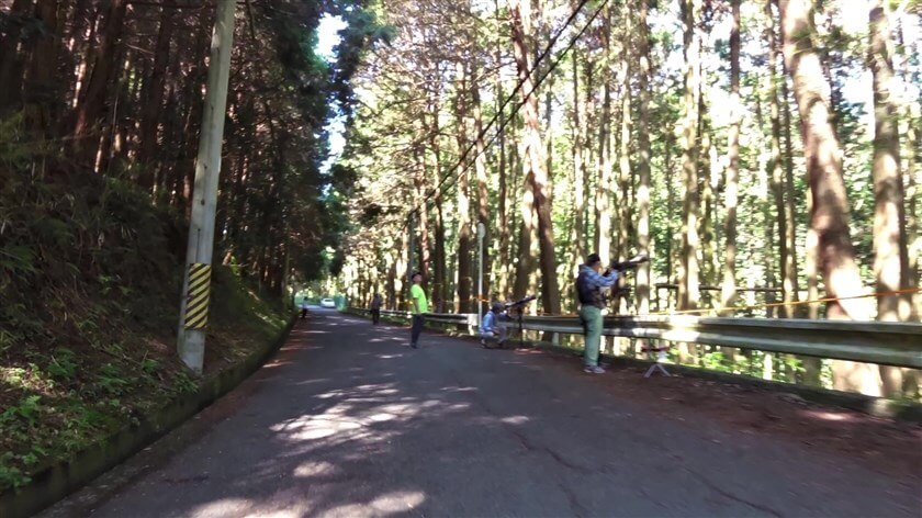 林道に入ると、望遠レンズを構えて野鳥を撮影する人たちが