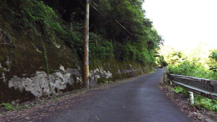 林道を抜けて、渓谷沿いを行く
