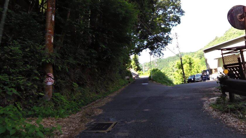 三叉路に出る。右がR218で、ここを右に行けば滝畑ダム。