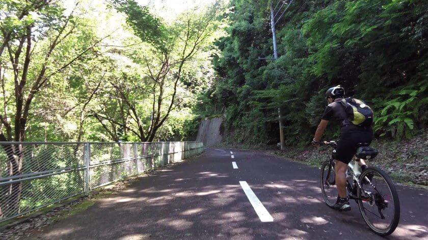 梅之木橋を渡り、ダムの下流方面に向かう。前を走るのは、梅之木橋の袂で出会った【84歳】。TREKのマウンテンバイクに乗って、元気一杯。