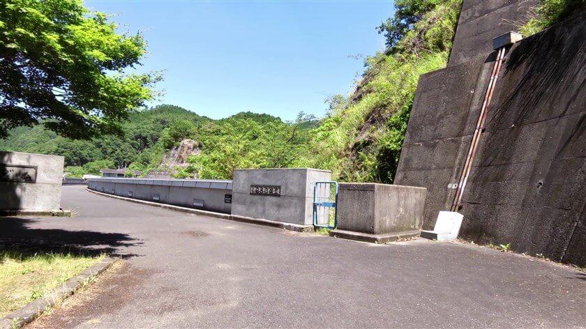 滝畑ダムの堰堤に出る