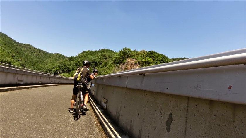 堰堤から磨崖仏を探すべく、ダムの下を覗き込む。もう一人も梅之木橋の袂で出会った【若人】。
