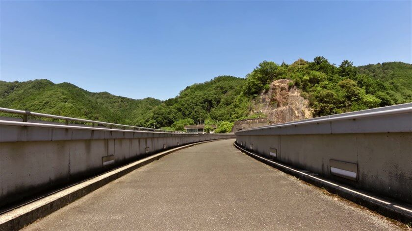 磨崖仏をそこそこにして、堰堤を左岸に渡る