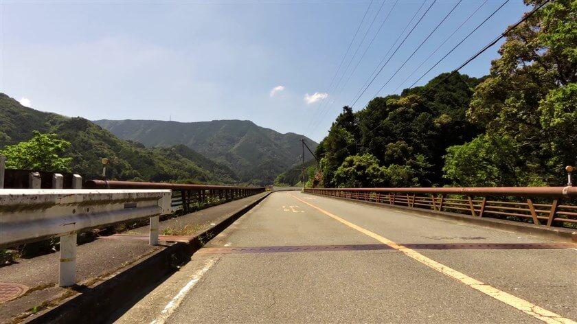 滝畑ダムの左岸を、上流方面に向かう