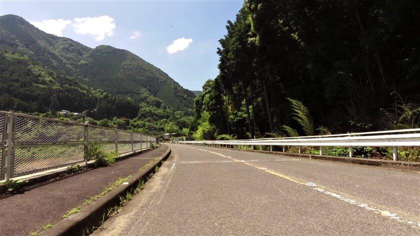 ダム湖が狭くなった辺りで、橋を渡り右岸に出る