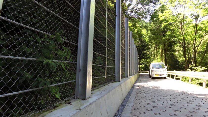 ゲキサカの象徴『O(オー)リング』が付いている狭い道を、車とすれ違う