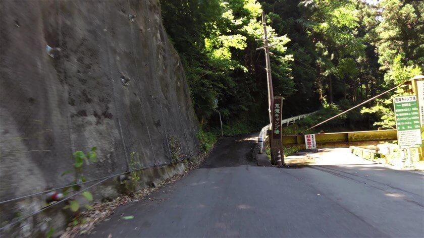 荒滝キャンプ場への入口。この時期、まだゲートは封鎖されている。