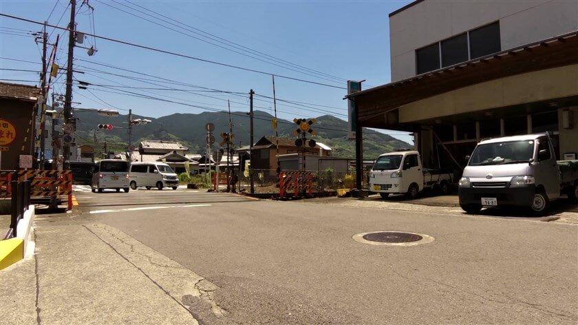 JR和歌山線の踏切を渡る