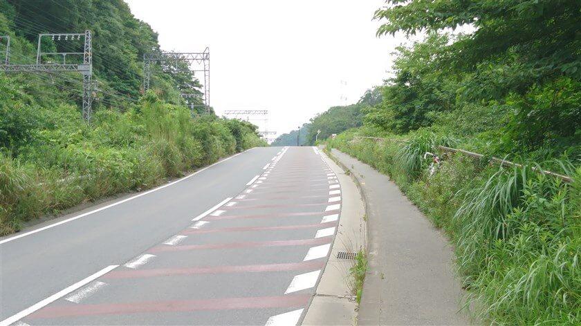 近鉄南大阪線に沿って、登りが始まる