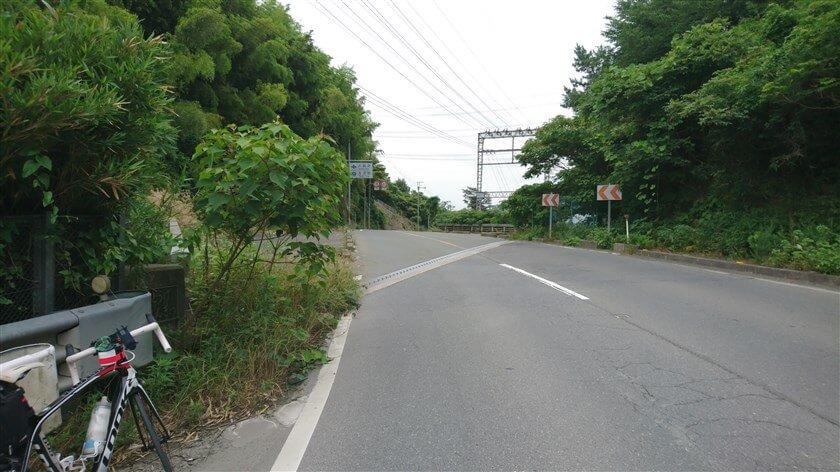 この登りのピークが、近鉄南大阪線を跨ぐ「跨線橋」で、ここが『穴虫峠(あなむしとうげ)』