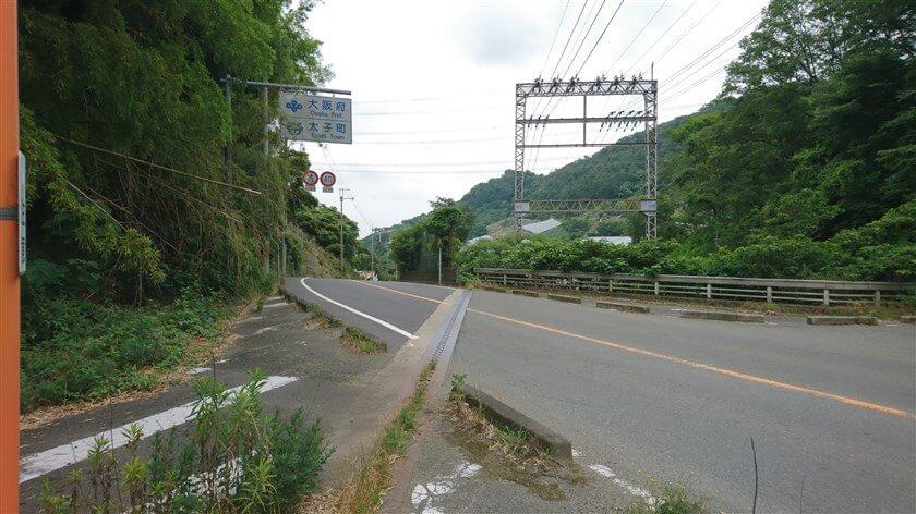「跨線橋」が、大阪府南河内郡太子町春日と奈良県香芝市穴虫の府県境になっている