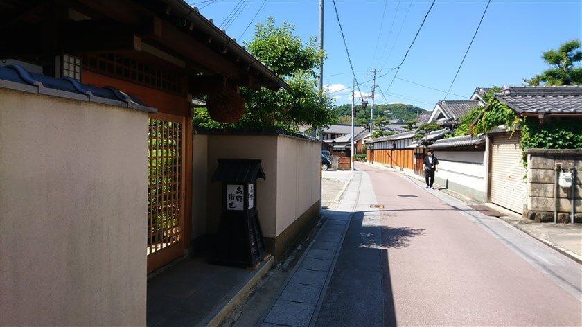 坂道を下ると、それぞれの民家の軒先には「杉玉」と灯篭がある