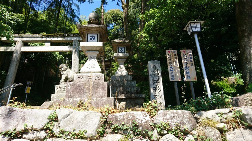 「烏帽子形城跡」と「烏帽子形八幡神社」