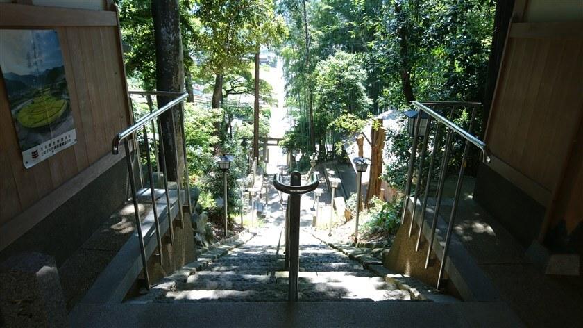 神社から参道を眺めると、麓まで一直線に続いている