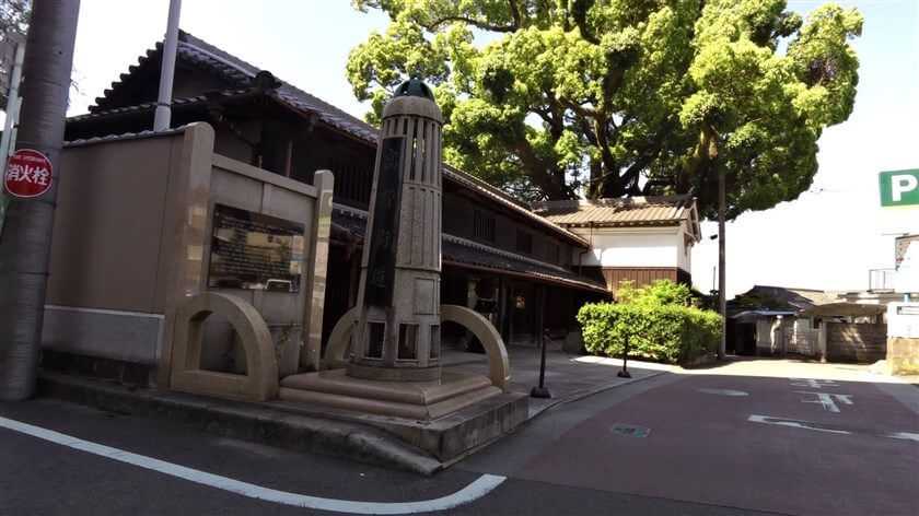 高野街道の入り口には「高野街道」と書かれた道標があり、その奥には「吉年(よどし)邸のくすのき」が見える。