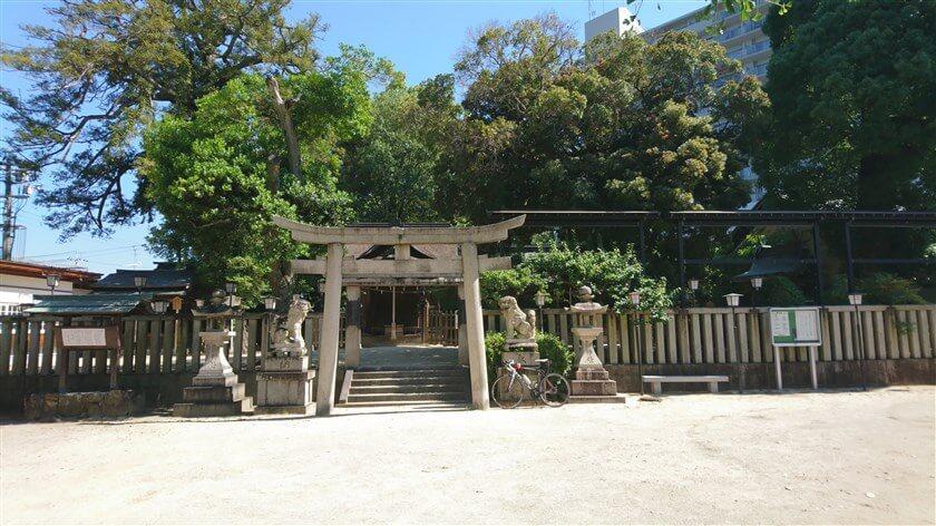 吉年(よどし)邸の左手に、長野神社がある