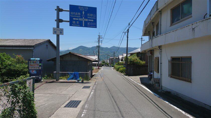 和歌山県伊都郡かつらぎ町大字短野の、広域農道との交差点に降りてきた。ここが終点。