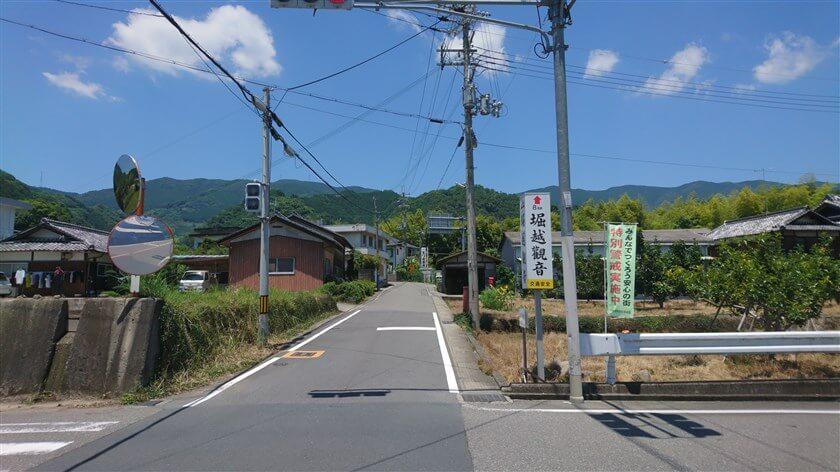 広域農道と県道61号の交差点から振り返って、和歌山県側からの登り口を見た様子。堀越観音の看板がある。