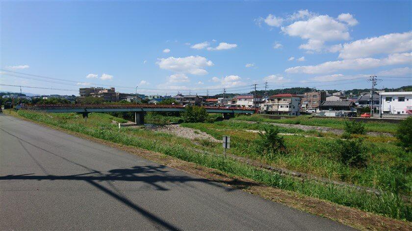 彼方児童遊園から、大阪府道202号森屋狭山線の高橋で、石川を渡って、東高野街道に向かう