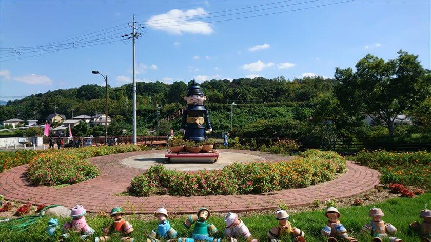 敷地の一角にある「高向玄理(たかむこのくろまろ)」の像