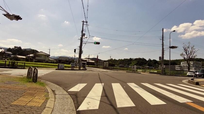 高向神社へは、左斜め前の細い道に入る