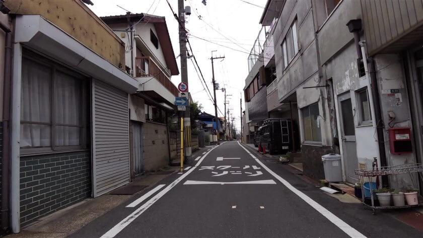 信号から、箱殿町5に入った街道の様子