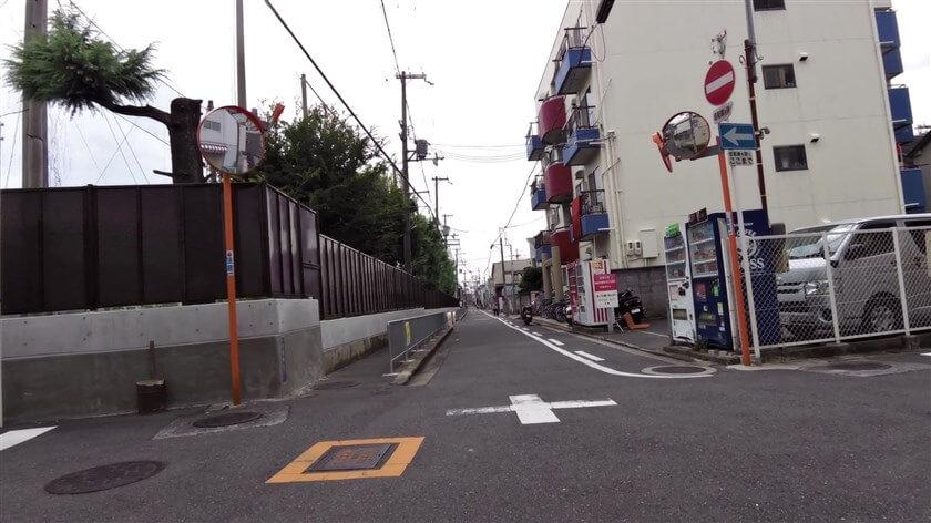 東大阪市立枚岡中学校の横を行く