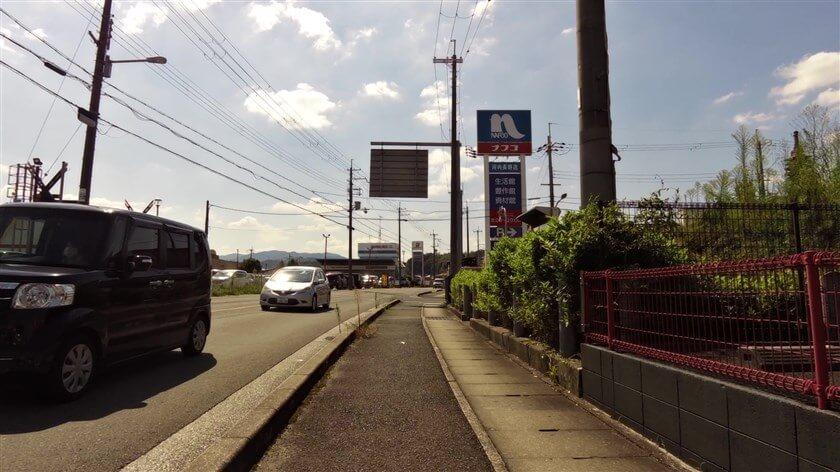 「塚穴古墳」は、レストランやホームセンターが立ち並ぶ一角に、ひっそりとあるので見つけにくい