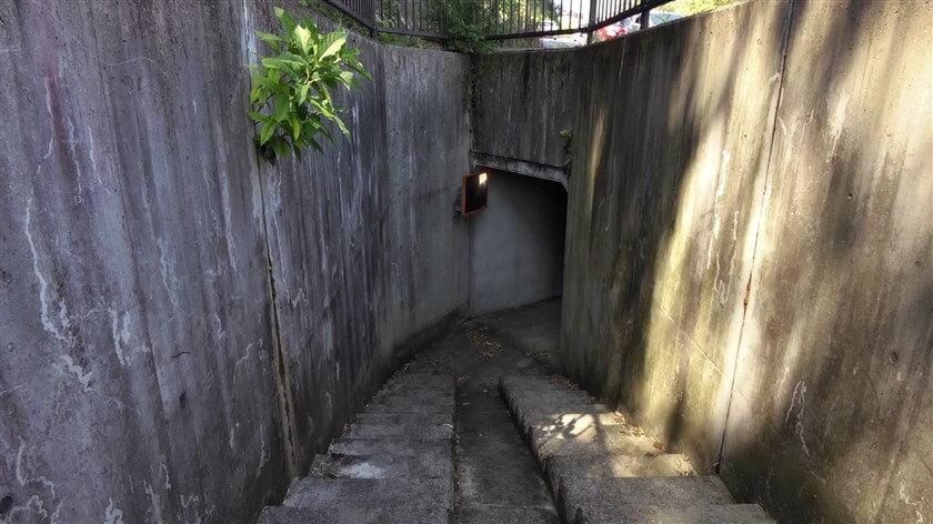 歩行者用のトンネルで繋がっており、車道を横断することなく行ける