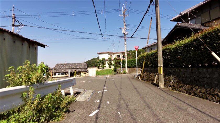 石川を跨いで「花の文化園」の入り口まで行き、北に向かうと突き当りになるので右折する